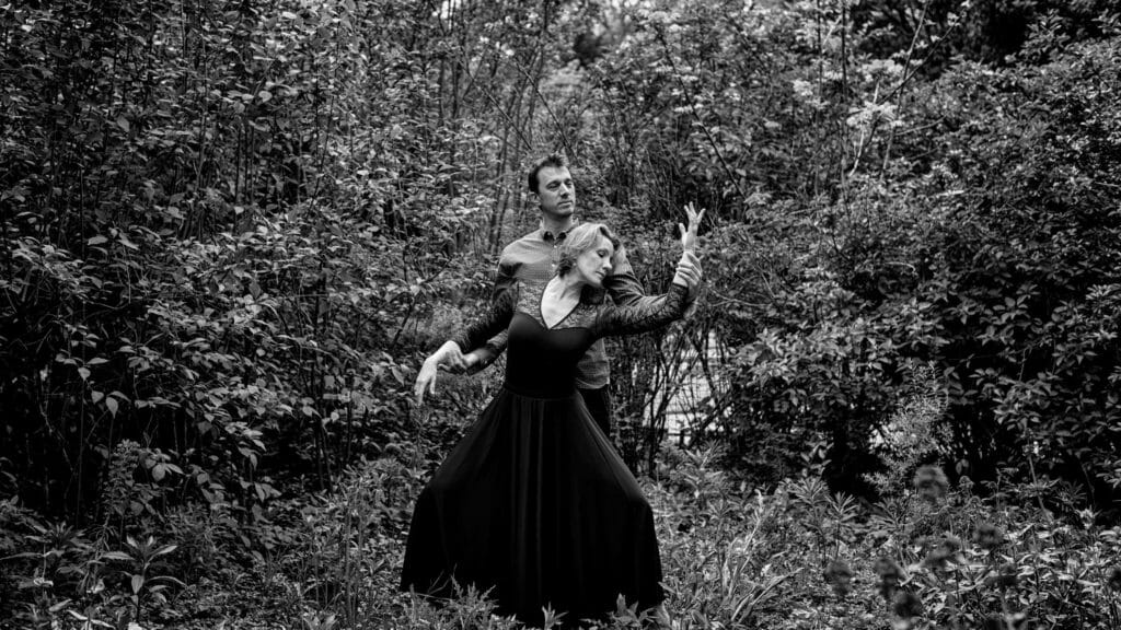 """alt=""""photographe couple Lyon ;love session ;séance de couple région lyonnaise ;immortaliser la vie à deux ;séance d'engagement Lyon ;regard complice couple Lyon photo ;love session photographe"""""""