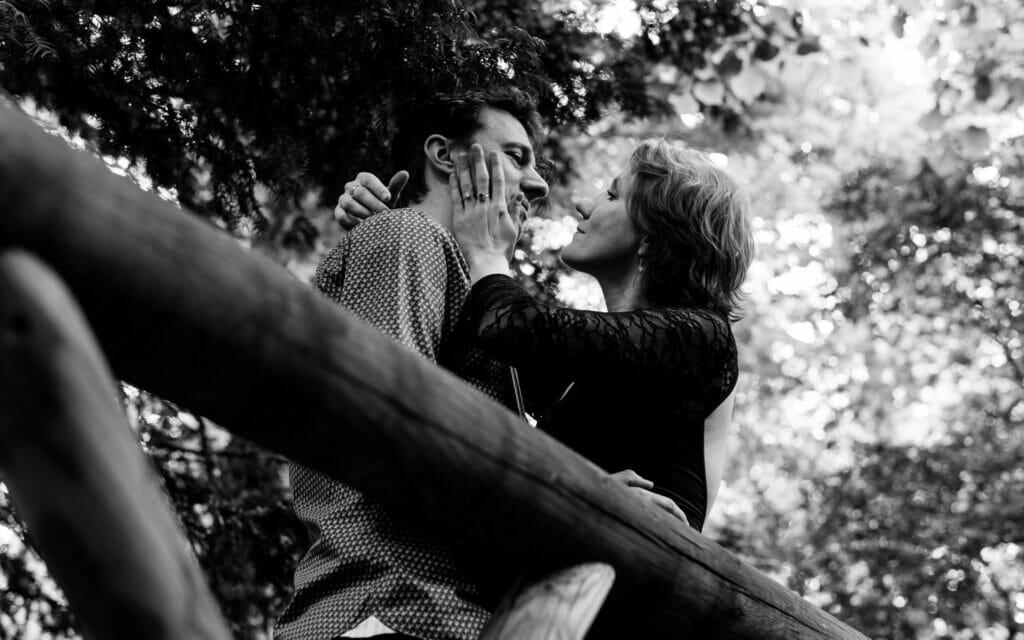 """alt=""""Votre photographe Lifestyle, photographe couple lyon ;love session ;séance de couple région lyonnaise ;immortaliser la vie à deux ;séance d'engagement lyon ;regard complice couple lyon photo ;séance photos couples région lyonnaise ; photos d'amoureux lyon ;love session photographe"""""""