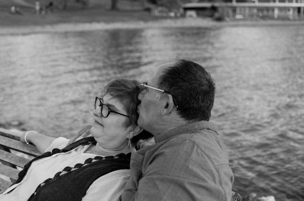 """alt=""""photographe couple lyon ;love session ;séance de couple région lyonnaise ;photos de couples lyon ;immortaliser la vie à deux ;séance d'engagement lyon ;regard complice couple lyon photo ;séance photos couples région lyonnaise ; photos d'amoureux lyon ;love session photographe"""""""